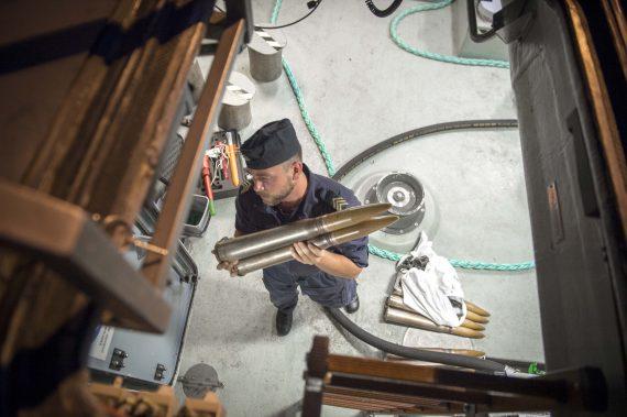 Personal återställer ammunition efter skarpskjutning.