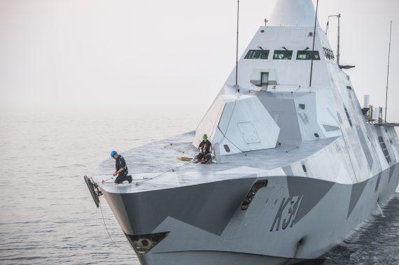 HMS Visby under bogseringsövning.
