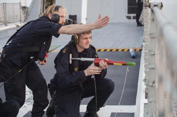Personal på HMS Nyköping genomför bogseringsövning av HMS Visby.