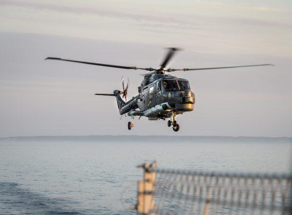 Tysk helikopter för ubåtsspaning landar för att fylla på drivmedel.