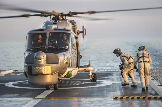 HMS Nyköping understödjer tysk ubåtsspaningshelikopter med drivmedel.