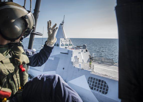 Lyft från HMS Nyköping inför ett spaningsuppdrag.