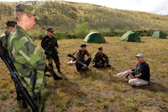 """Svenskt deltagande i den amerikanska Combat Camera-övningen """"Quick Shot"""" vid Camp Pendleton i Kalifornien, april 2007. Här genomgång inför ett sjukvårdsmoment. Foto: MC Joe Kane/US Navy Combat Camera Group Pacific"""