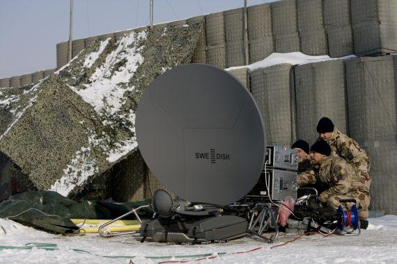 AFGHANISTAN januari 2008: Test av lånad satellitterminal modell större! Syftet var att prova livesändning med högre bandbreddskapacitet. Vi fick en snabbutbildning på ett relativt avancerat system, fick det att fungera och livesände bland annat videosamtal med chefen för FS14 till TV4:s morgonsoffa. Foto: Rickard Wissman