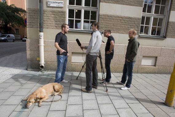 Intervjuträning var en av de korsutbildningar som vi genomförde under den här tiden. Med många olika erfarenheter med oss in i projektet så var det viktigt att dela med sig och utbilda varandra. Här i lite mer avslappande former på gatan utanför vårt tillhåll på Östermalmsgatan 87. Foto: Combat Camera