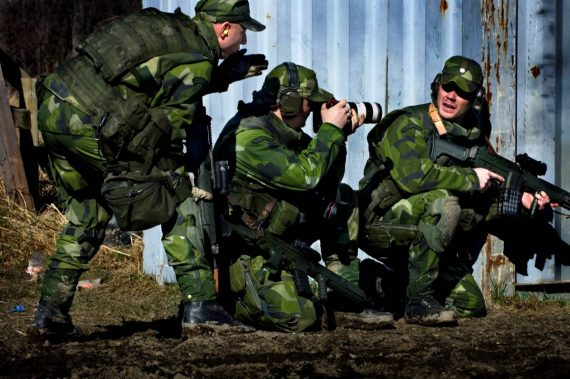 Våren 2007: Combat Camera är i sin linda och genomför utbildning med afghanistanmissionen FS13 på Livgardet. Skjutövning med skarp ammunition i moment där en grupp gör avsittning från fordon efter påskjutning. Foto: Magnus Hallgren