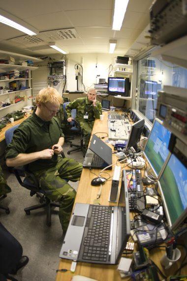 Inspelningen av ett anförande av dåvarande överbefälhavaren Håkan Syrén. En del studioverksamhet och inspelningar med bildmixer testades under metodförsöket. Här i Försvarshögskolan (FHS) då nya, men kortvariga studio. Foto: Combat Camera