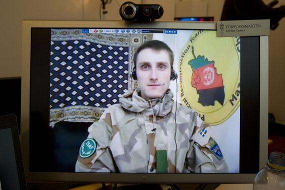 """Bilden i andra änden, hemma i Sverige, av satellitlänken under ett av våra tester i Afghanistan. Trots allvaret i ansiktsuttryck så var det en glädjens triumf varje gång vi fick """"träff"""" med satellitlänken och bilden kom igenom! Foto: Combat Camera"""