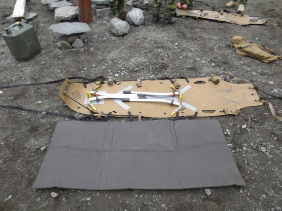 Skedco-bår förstärkt med isyxor för stabilitet.