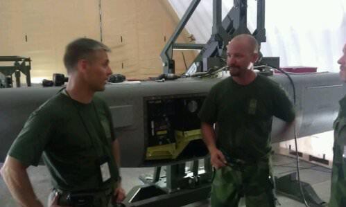 Förbandschefen öv Fredrik Bergman pratar med kn Andreas Svedjestrand som arbetat långa dagar med spaningskapslar de sista veckorna. (Foto: Försvarsmakten)