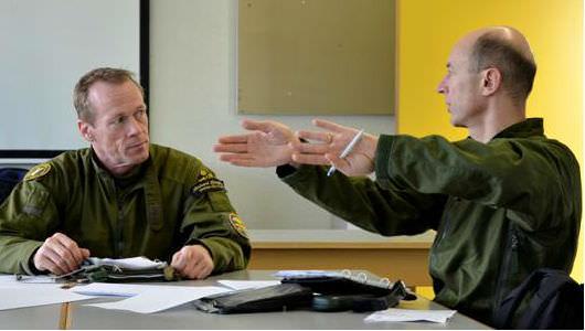 Saab:s chefsprovflygare, Richard Ljungberg och armasuisse Chefsprovflygare, Beni Berset, förbereder ett flygpass mot skjutmålet Axalp. (Foto: Peter Liander, Saab)