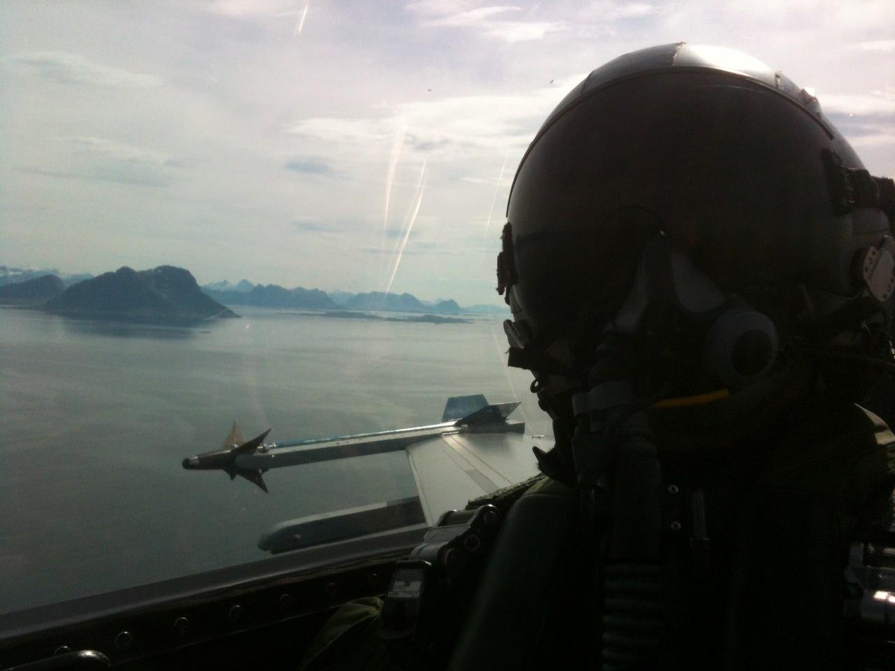 Miljön både i och utanför en F-16 i övningsområdet.