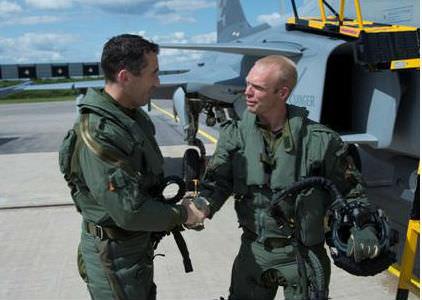 Tack för flygningen! FVI tackar TU JAS pilot Johan Jeppsson efter passet. (Foto: Per Kustvik, Saab)