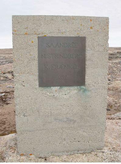 Minnessten rest på den plats på Vitön där Andrée expeditionen återfanns 1930. Foto: L Berns