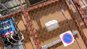 Nodcontainern hos SAE ISAF bakom lås och bom