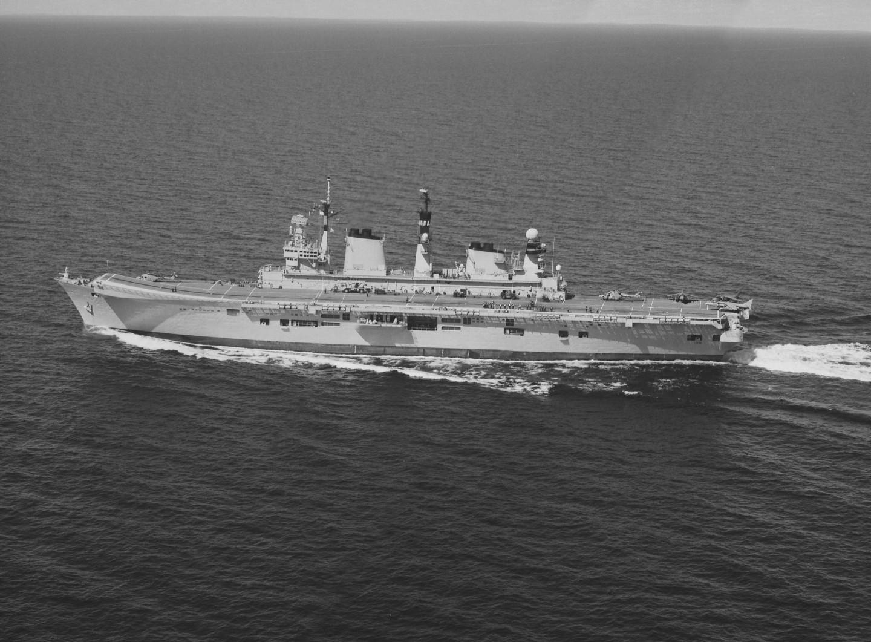 Det brittiska hangarfartyget HMS Illustrious fotograferad med SPK.