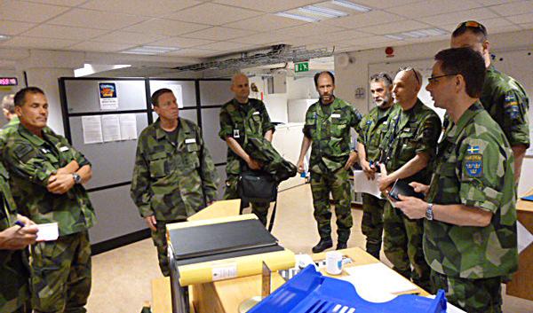 Insatschefen generallöjtnant Göran Mårtensson uppdateras av operationsledaren Jacob hahr tillsammans med flygtaktisk chef Gabor Nagy