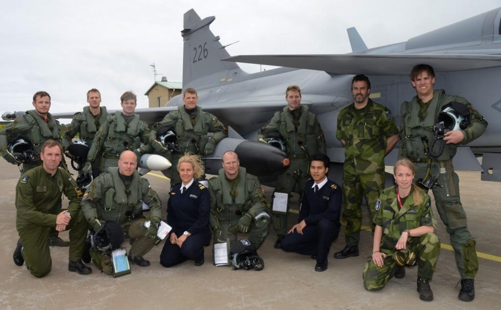 Samtliga deltagare i kursen efter avslutad flygning. Numera flygvapnets experter på sjömålsbekämpning med Rb15! Foto: Henrik Gebhardt F7