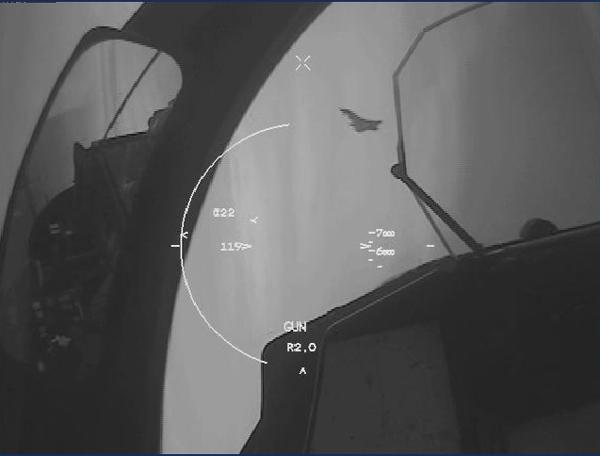 Bilden är från Henriks HMD-kamera (Helmet Mounted Display) och visar en Typhoon i siktet.
