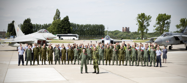 Personnel from 41(R) Sqn RAF and their Swedish Air Force counterparts. Foto: RAF Coningsby