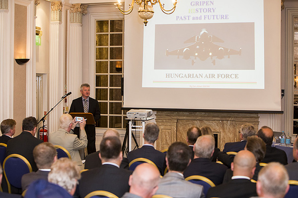 Brigadgeneral Sáfár inledde årets fördrag på Royal Air Force Club i London. Foto: Per Kustvik/Saab.
