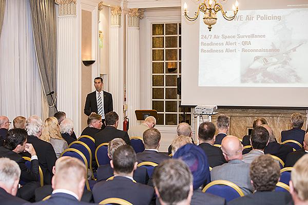 Intresset är högt när general Bydén håller föredrag. Foto: Per Kustvik/Saab.