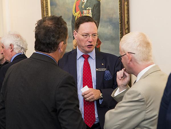 Försvarsmaktens informationsdirektör Erik Lagersten i samtal med ett par utländska journalister. Foto: Per Kustvik/Saab