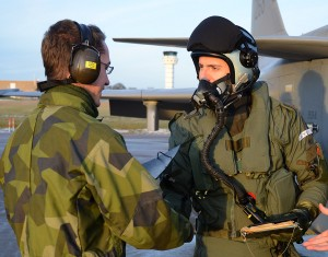 Diplomöverlämning är regel efter första soloflygningen.  Foto: John Lidman