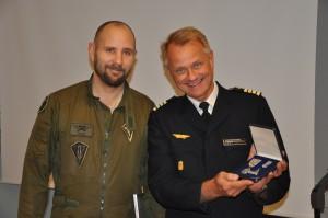 Martin Hansson får medaljen av flottiljchef, Lars Bergström