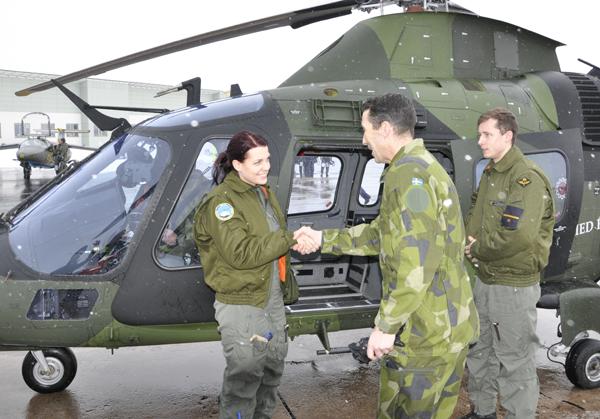 Kadett Caroline Herrstedt gratuleras av flygvapenchefen efter inspektionsflygning. Foto: Mats Gyllander/LSS