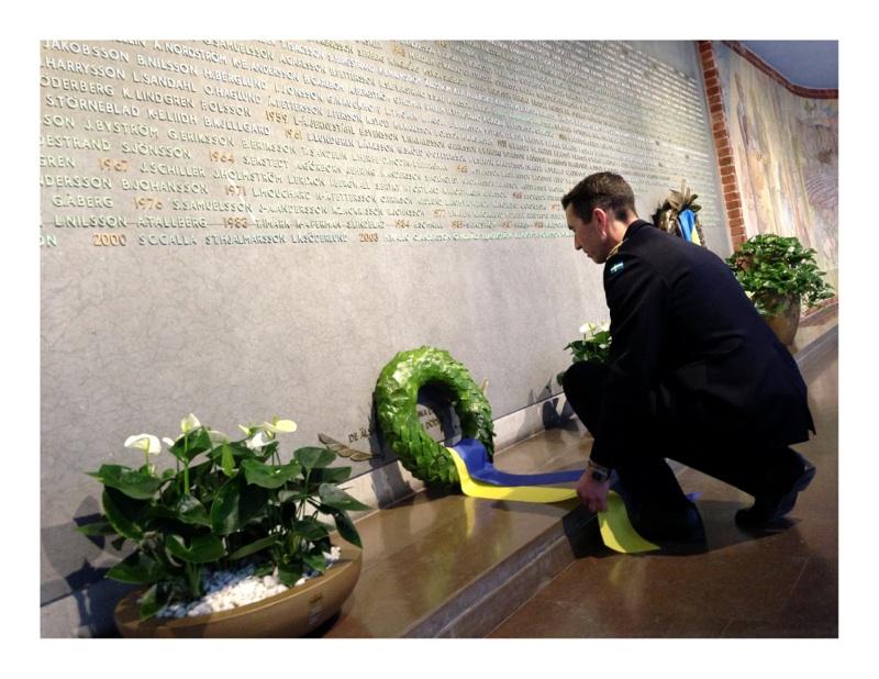 Flygvapenchef Micael Bydén nedlägger krans i minneshallen.