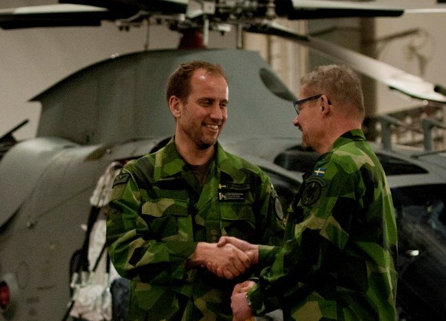 Flottiljchefen önskar chefen för helikopterenheten ombord lycka till. Foto: Magnus Lindstedt