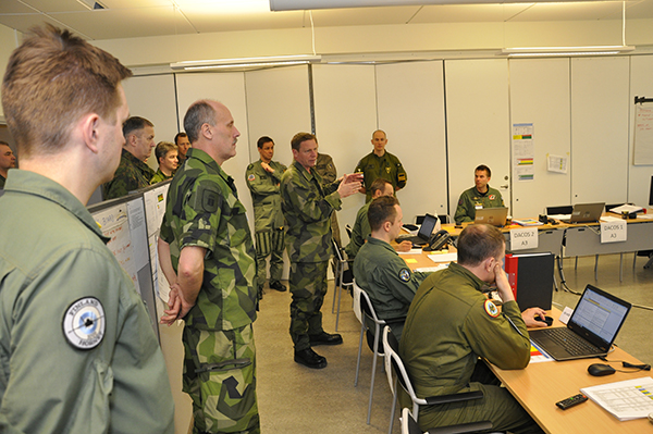 Chefen för Bogaland Forces, generallöjtnant Göran Mårtensson briefas på Air Component Command i Uppsala.