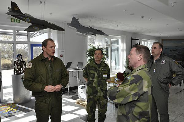 Chefen för Combined Air Operation Center, överstelöjtnant Anders Jönsson hälsar sina chefer välkomna till CAOC