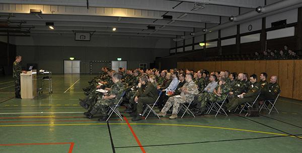 Deltagare samlade för briefing inför övningens start i idrottshallen på Uppsala garnison.