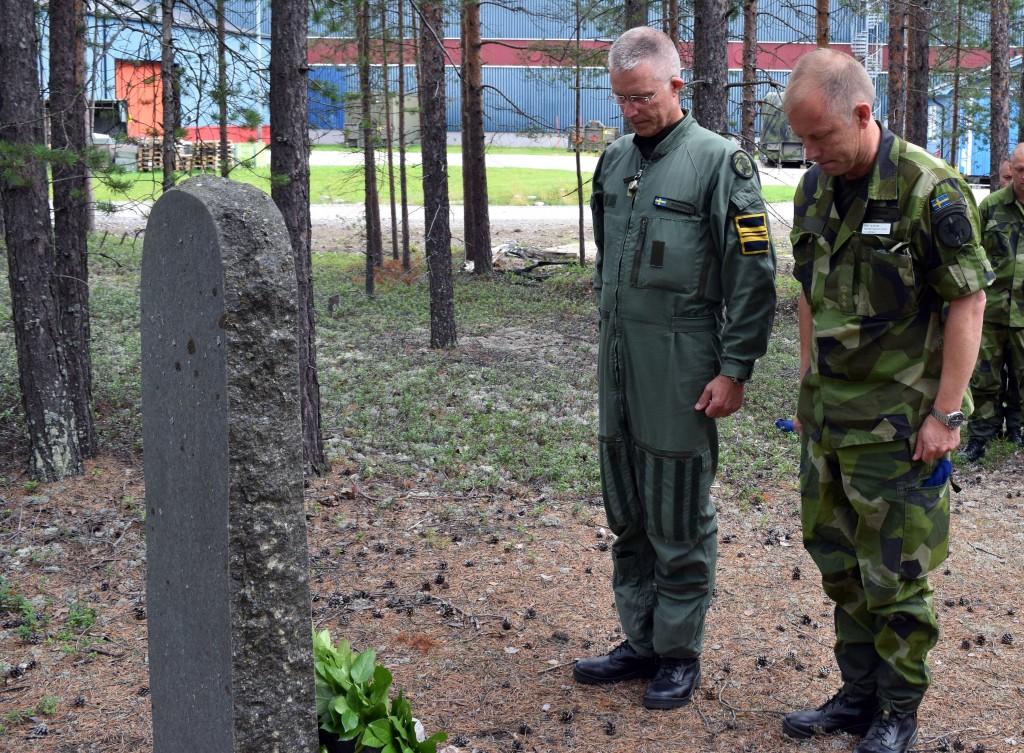 Divisionschef Kent Tuoremaa och skvadronschef Per Olsson lägger ner en krans vid den minnessten som finns vid första helikopterskvadron.
