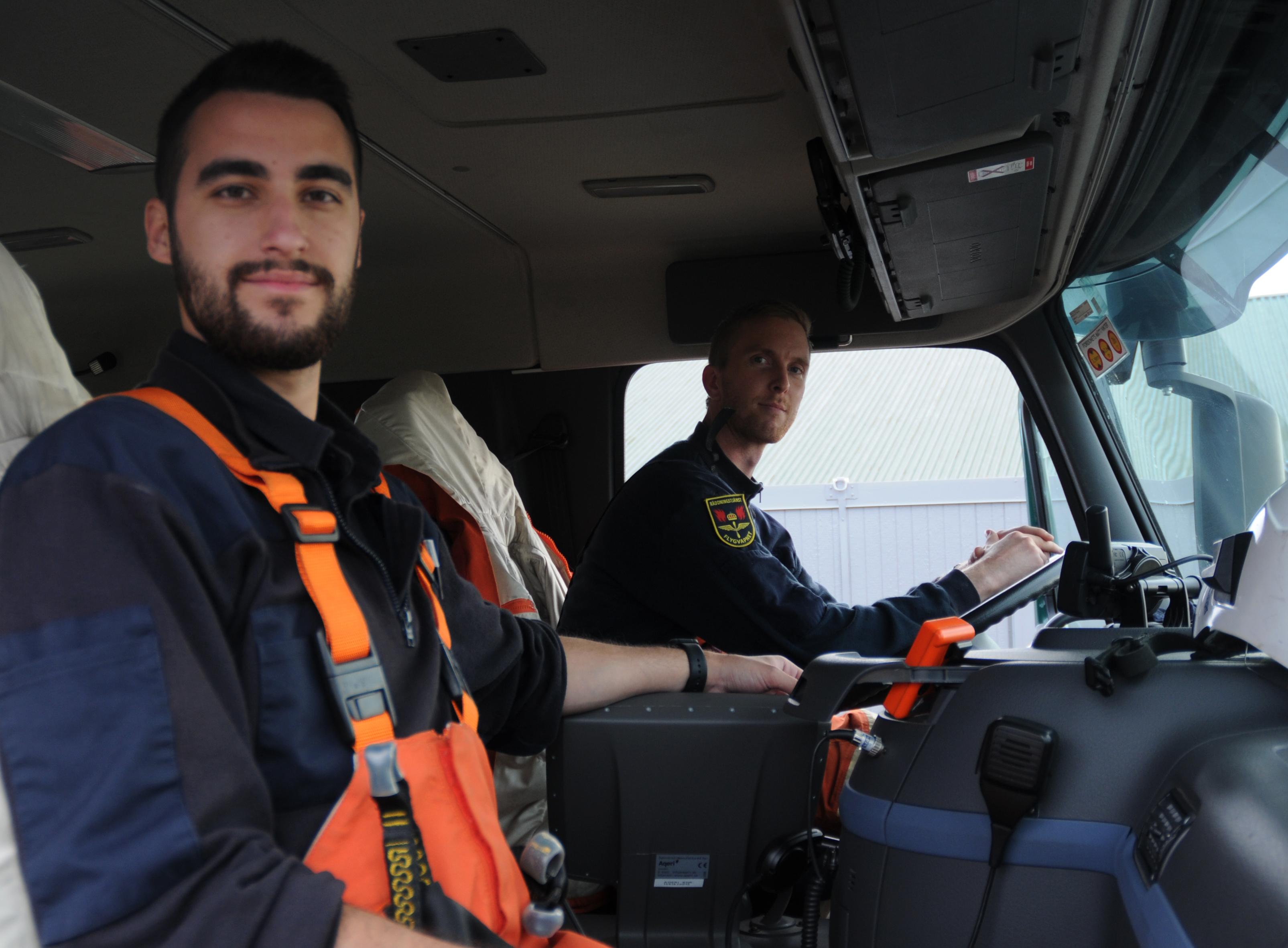 Klas är insatsledare och Steve är gruppchef inom räddningstjänsten på Visby flygbas under FVÖ 15