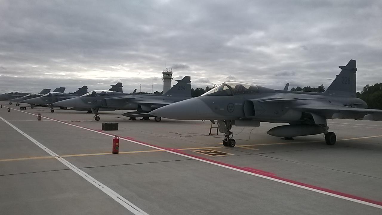 JAS 39 Gripen uppställda på flygbasen Siauliai, Litauen