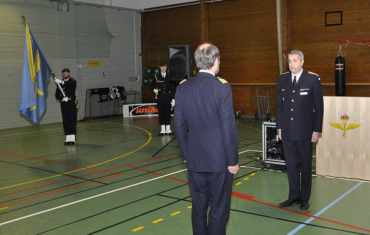 Mats Helgesson tar emot flygvapenpersonalen vid Luftstridsskolan och Uppsala garnison