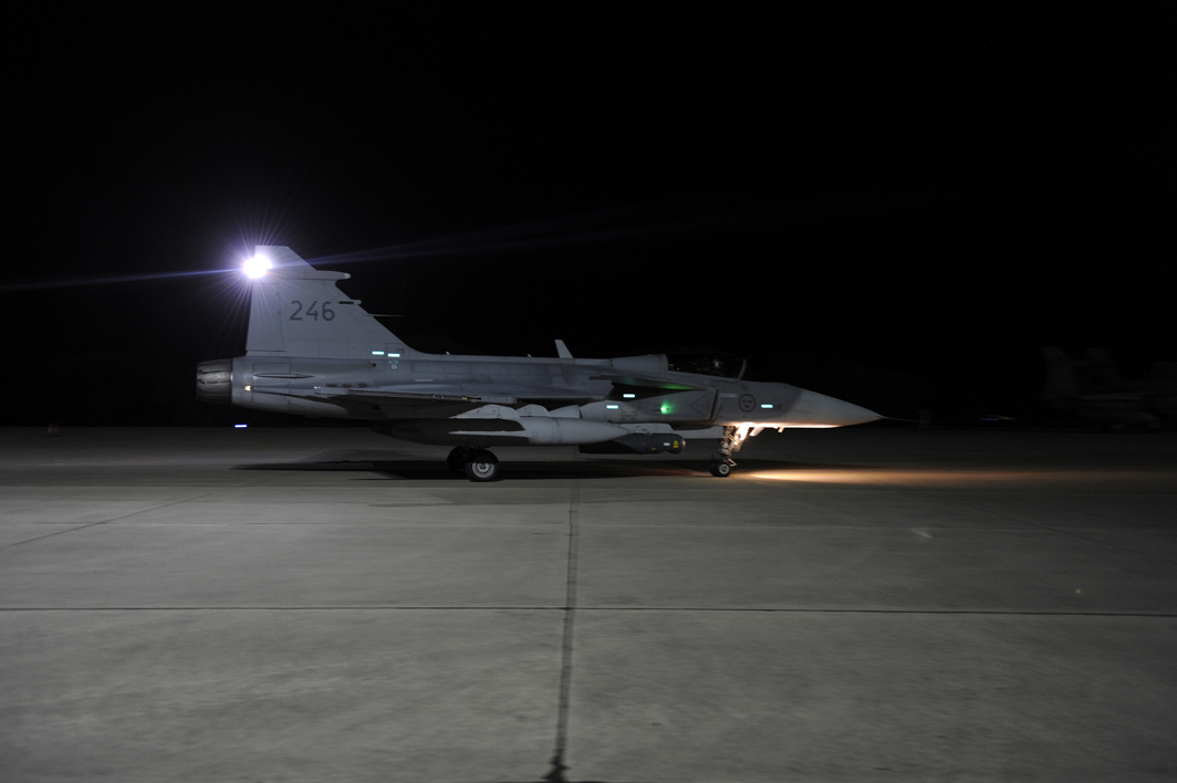 tj15_jas_taxar_start_mörkerflygning