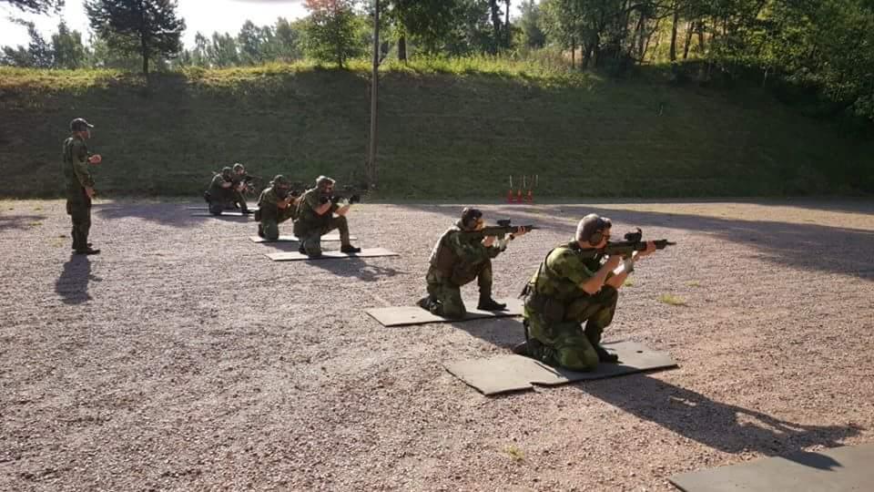 Kadetterna agerar skjutledare för varandra på skjutbanan i augusti. Foto: Nicklas Hansson/Försvarsmakten