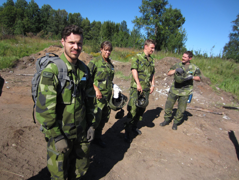 Kadett Lantz tillsammans med sina kollegor förbereder sig inför sprängning. Foto: Paul Bergström/Försvarsmakten