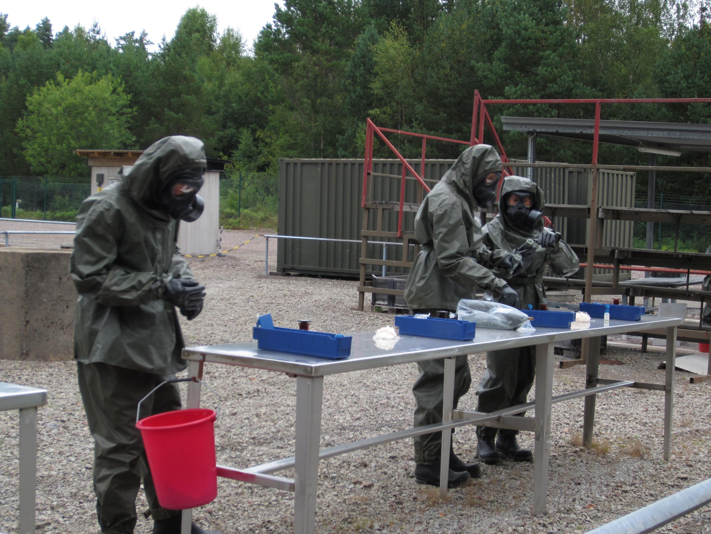 Här genomförs provtagning på CBRN-banan i Skövde. Foto: Paul Bergström/Försvarsmakten