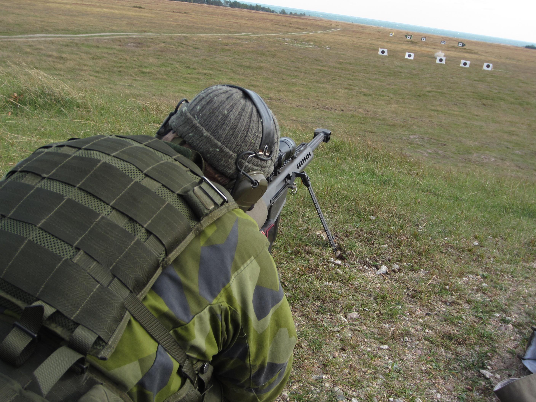 Kadett Jesper Eklund bekämpar mål med Automatgevär 90c. Foto: Paul Bergström/Försvarsmakten