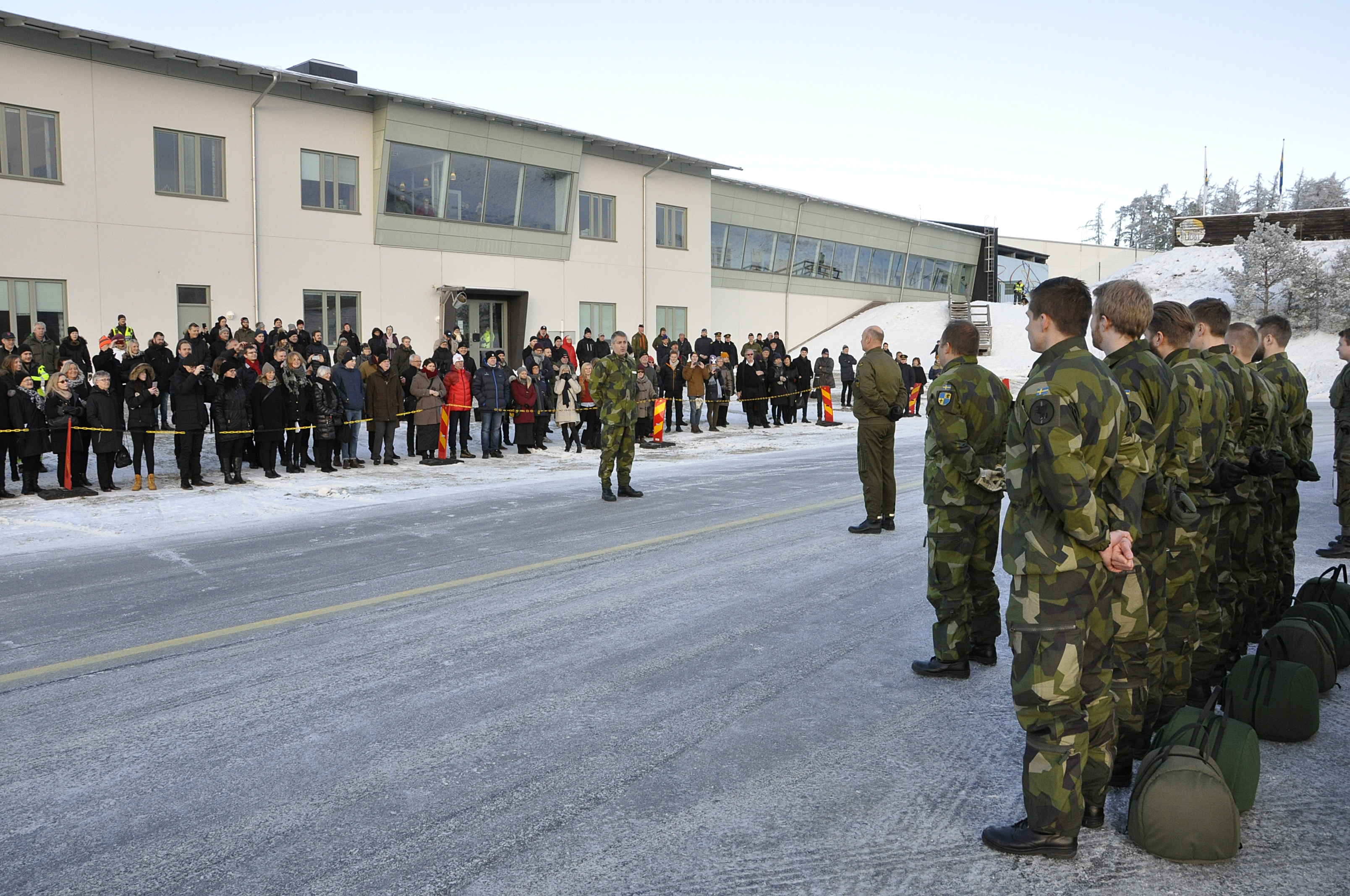 Chefen för Flygskolan lämnar av till flygvapenchefen inför examensflygningen. Både elever och den stora mängden anhöriga är förväntansfulla.