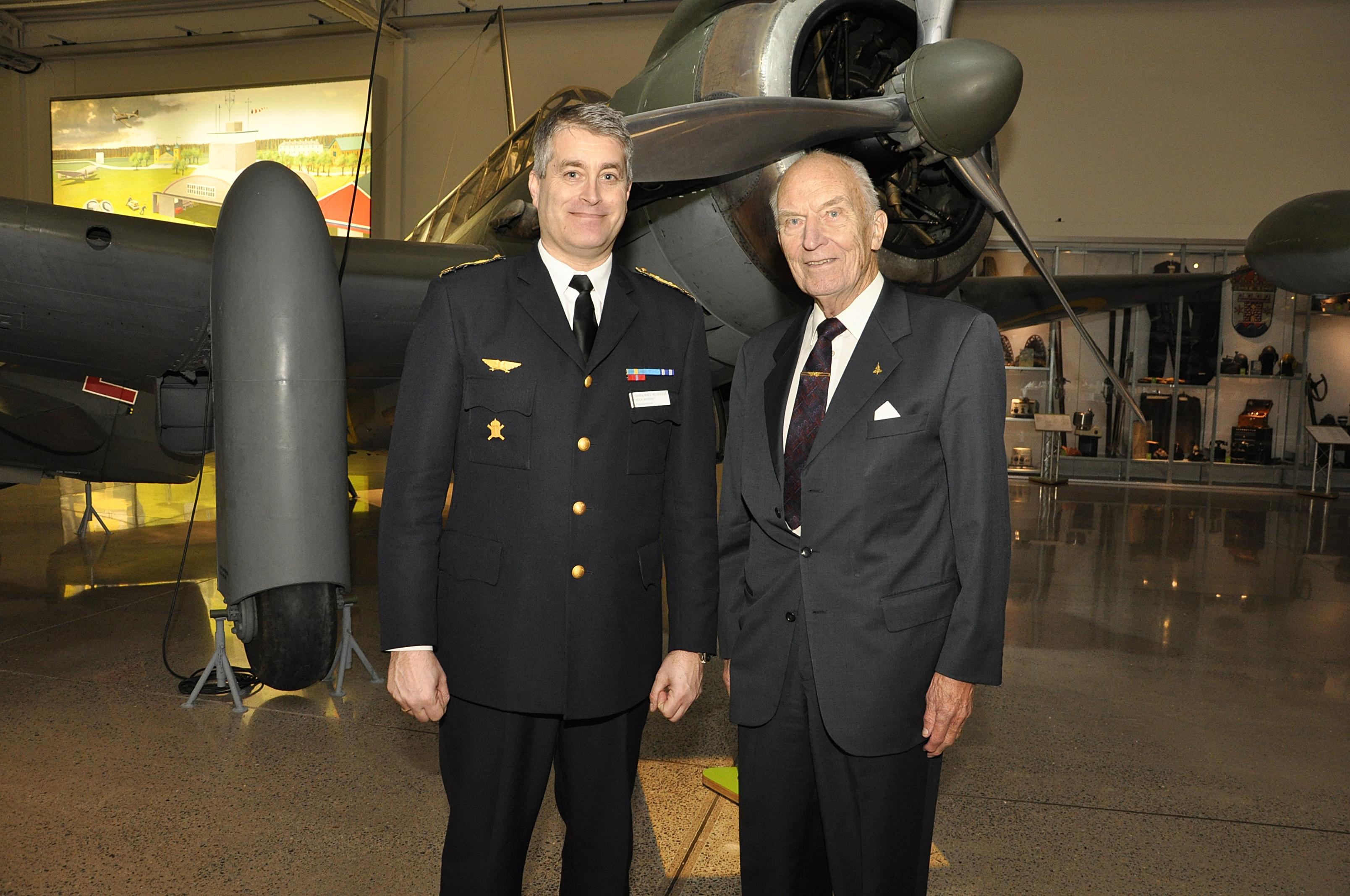 Två flygvapenchefer. Generalmajor Mats Helgesson och generallöjtnant Sven-Olof Olson.