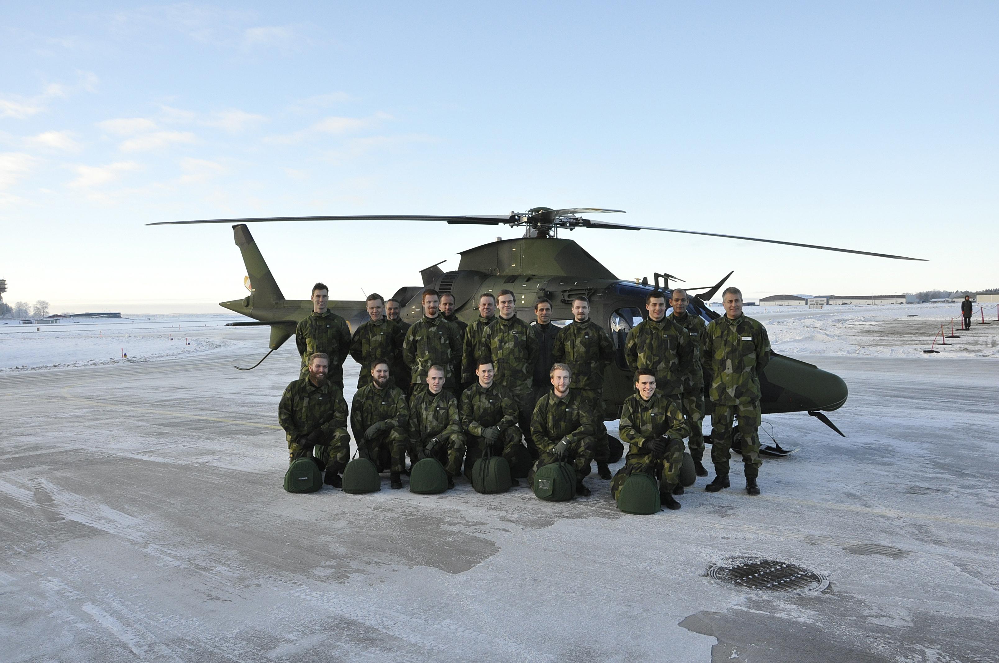 GFU/H 151 med inspekterande gör sig klara för flygning.