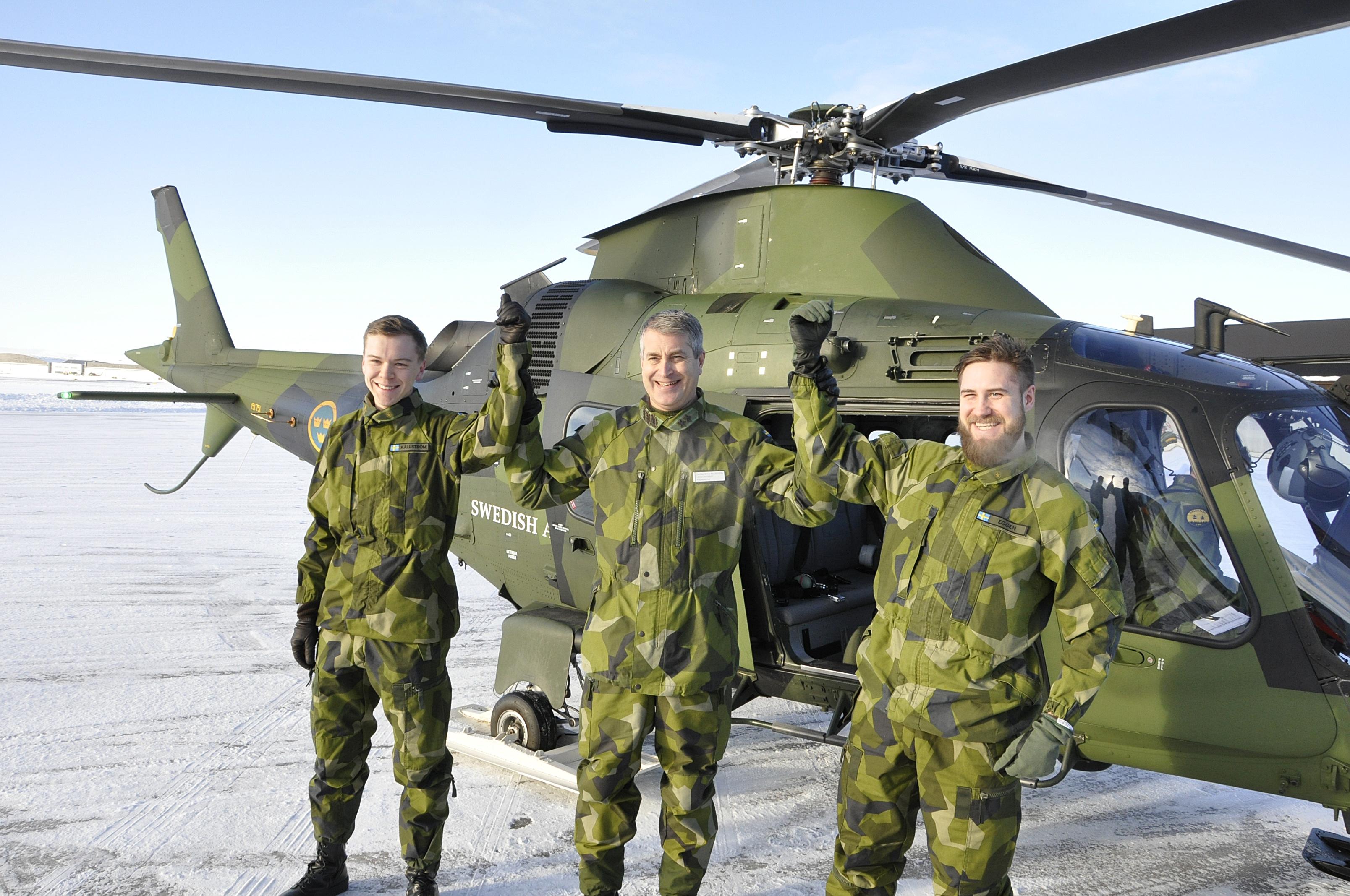1 sergeanterna Elias Källström och Per Eggen gratuleras av flygvapenchefen Mats Helgesson efter genomfört flygpass.