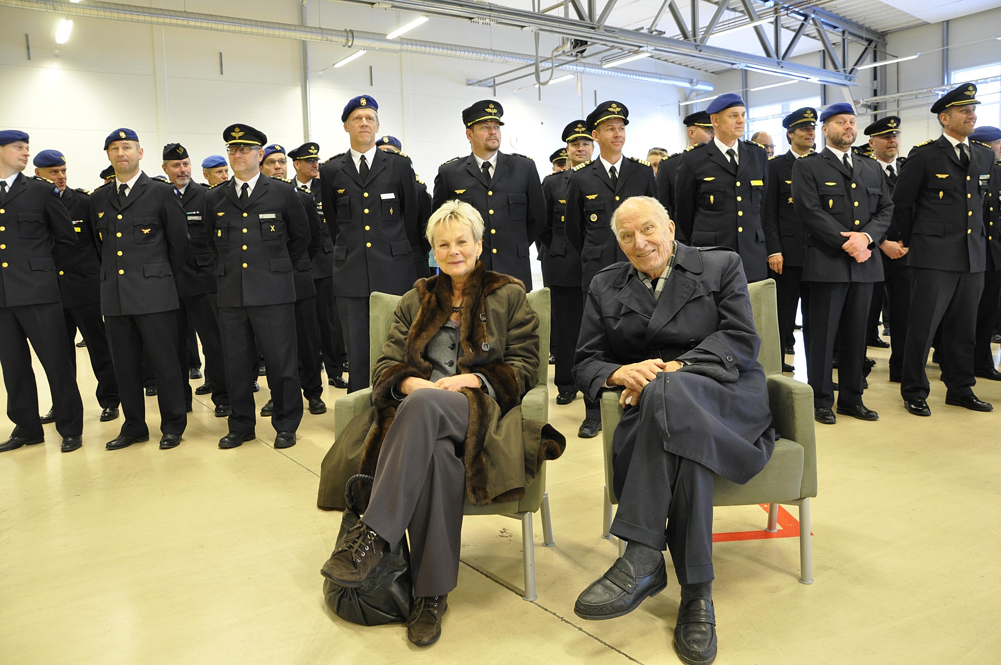 70 års jubilaren Sven-Olof Olsson sitter tillsammans med landshövding Elisabeth Nilsson. Bakom står alla 25 års jubilarer.