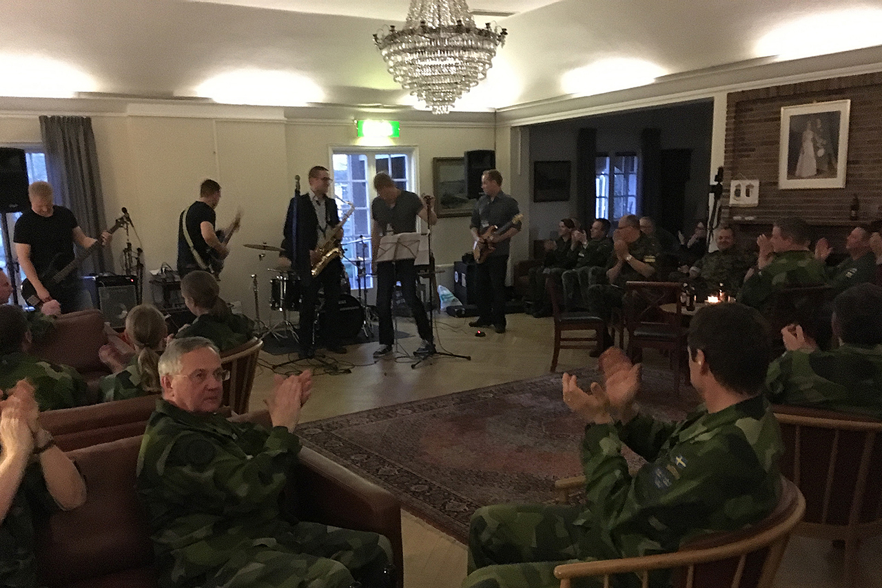 Det finska rockbandet ACC/DC uppträder på mässen i Uppsala.